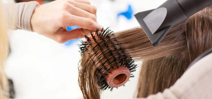 Tak, to jest możliwe! Prostowanie włosów bez prostownicy